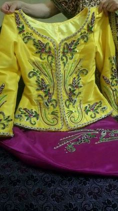 karakou / Algerian traditional costume / #Algerie #Tlemcen #Alger #traditions Couture Details, Couture Tops, Traditional Fashion, Traditional Dresses, Fashion Pants, Girl Fashion, Womens Fashion, Blouse Patterns, Blouse Designs