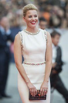 Elizabeth Banks  El recogido bajo y los labios rojos hacen que resalte el vestido joya elegido para la ocasión.