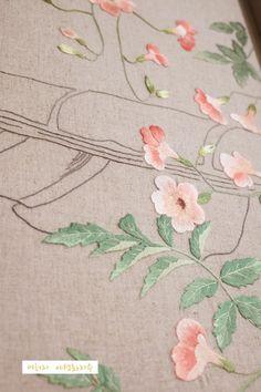 나이를 먹는다는건..추억하게 되는건가 봅니다...동네 맨 둿집에 자리한 외가는 자잘한 돌계단을 한참 올라... Small Flowers, Flower Art, Hand Embroidery, Arts And Crafts, Stitch, Painting, Made By Hands, Towels, Flowers