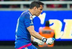 SOMOS EL CABALLO NEGRO DE LA LIGUILLA: RODOLFO COTA El portero de Chivas resaltó que su equipo va de menos a más en el C2016 y le pelearán a cualquiera.