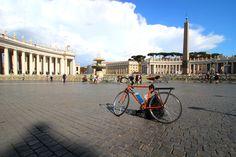 Il mio nome è Beatrice.  Sono una bicicletta, una Zini dei primi anni '80.  Mi avevano detto che Roma non è una città per me, che qui c'è posto solo per le automobili.  Mi avevano detto che non mi sarei trovata bene tra le strade della città eterna.  Eppure qui mi sento come a casa.  Perchè alla fine, c'è un solo posto che va davvero bene per noi biciclette: il mondo!  P.s. Tra poco partirò per Pechino.  Viene anche un mio amico con me, un umano.  Dicono che sia pazzo.  Non lo so.  Però…