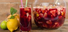 Sangria lässt sich sehr gut vorbereiten und eignet sich ideal als Partygetränk. Dank Früchte und alkoholischen Zutaten entsteht ein erfrischender Mix.