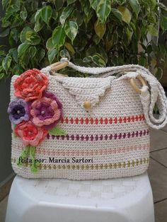 Bolsa de barbante em croche, com aplique de flores. R$ 75,00