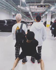 I'm the photographer friend 😭 Couple Ulzzang, Korean Boys Ulzzang, Cute Korean Boys, Ulzzang Boy, Korean Men, Asian Boys, Korean Best Friends, Boy Squad, Boy Best Friend