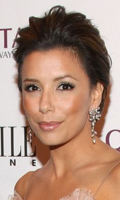 Eva Longoria's departure from her strong eye makeup opens her eyes. Her bronze cheeks and lips enhance her complexion.