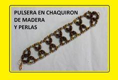PULSERA EN CHAQUIRON DE MADERA Y PERLAS DORADAS