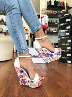 Tendance chausseurs : Blue jeans and floral shoes Hot Shoes, Crazy Shoes, Wedge Shoes, Me Too Shoes, Wedge Sandals, Heeled Sandals, Shoes Heels Wedges, Pretty Shoes, Beautiful Shoes