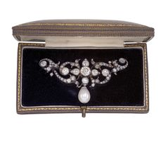 An old-cut diamond brooch total weight c. 4 ct. Rosé gold 580, silver 800, an old-cut diamond c. 1 ct smaller old-cut diamonds and diamond rhombs total weight c. 3 ct, workmanship c. 1900, cultured pearl of later date, 11.2 g with case