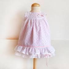 Vestido de niña con canesú confeccionado en batista perforada, de venta en Centrotela.es