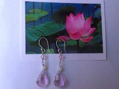 ann wei design skaber her en lyserød let ørering i sølv med en gudinde krystal i rosa. 200 kr. Se mere i webshop www.annweidwsign.com Earrings in silver with pink crystal. See more www.annweidwsign.com