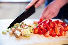 Oloupanou rebarboru a omyté jahody nakrájejte na menší kousky; Mona Martinů