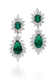 Harry Winston. Pair of earrings decorated with four emeralds, two and two pear cut emerald in an environment of 54 pear-cut diamonds.