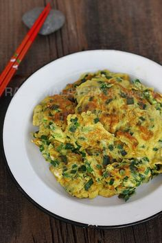 Chives Omelet (Cooked in 10 Minutes!) - Rasa Malaysia Authentic Chinese Recipes, Easy Chinese Recipes, Easy Delicious Recipes, Asian Recipes, Yummy Food, Ethnic Recipes, Egg Recipes, Real Food Recipes, Vegetarian Recipes