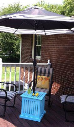 DIY Patio Umbrella Stand / Beistelltisch – Mutter in Music City - Dekoration 2020 Outdoor Umbrella Stand, Table Umbrella, Umbrella Stands, Diy Umbrella Base, Parasols, Patio Umbrellas, Patio Side Table, Patio Chairs, Gardens