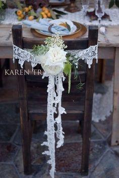 Retrouvez plein d'idées pour décorer vos chaises de mariage ! Mariage boho