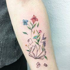 Para os apaixonados por livros Tatuagem feita por @luiza.blackbird - De pertim @estudiogaleriateix #livro #ler #book