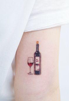 Hay muchos estilos de tatuajes algunos connotan elegancia, como las flores definidas con sombras y puntillismo; otros que no son tan sofisticados pero emanan amor y significados especiales, pero por otro lado están esos tattoos que en realidad sólo por moda, muchos querrán hacerse. Nos referimos a esos diseños sencillos que nos recuerdan el poder del minimalismo, inspírate con estos diseños para elegir tu próximo tatuaje. #PinCCDiseño #Diseño #Tattoo #tatuajes #minimal #design