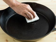 How to Season a Cast Iron Pan (It's Easier Than You Think!) Cast iron comes with its share of myths and controversies, but seasoning it is really a relatively simple process. Here are the steps you need to do it successfully. Iron Skillet Recipes, Cast Iron Recipes, Vegetarian Camping Recipes, Season Cast Iron Skillet, Cast Iron Care, Seasoning Cast Iron, Cast Iron Cookware, Cast Iron Cooking, Camping Meals