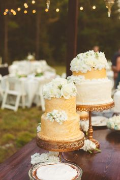 flower topped cakes - photo by Kelly Maughan Photography http://ruffledblog.com/north-carolina-wedding-sourced-from-antique-shops #weddingcake #cakes
