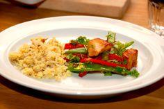 Opskrift på nemme og lækre stegte ris, der laves i enten en varm wok eller pande. Risene vendes med sammenpiskede æg og lidt vand. Til stegte ris til fire personer skal du bruge: 3 deciliter ris &#…