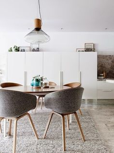 Melbourne Home · Eddie Kaul and Richa Pant Kitchen / dining details. Dining table by Daniel Barbera, chairs by Hay, glass domes by Amanda Dziedzic. Via The Design Files. Dining Room Design, Dining Area, Dinning Table, Round Dining Table Modern, Round Tables, Elegant Dining, Esstisch Design, Contemporary Apartment, Dining Room Inspiration