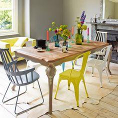 Combinación de Tolix de difderentes colores en una mesa de madera antigua