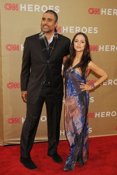 Miley Cyrus shows major cleavage at CNN Heroes bash