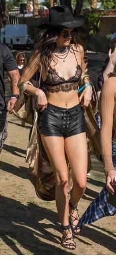 Kendall Jenner mamilos aparentes coachella