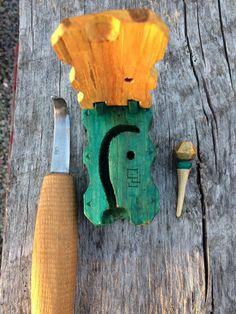 Hook knife case by Sebastian Ungh Swiss Army Pocket Knife, Best Pocket Knife, Spoon Knife, Wood Spoon, Pocket Knife Brands, Knife Stand, Tactical Pocket Knife, Engraved Pocket Knives, Green Woodworking
