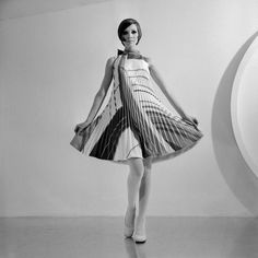 Moda anni 60, abito stampa opticalLe stampe optical, must have degli anni 60, in un abito ampio a trapezio