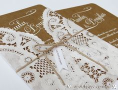 convites com doilies - Pesquisa Google Plan My Wedding, Our Wedding, Schmidt, Doilies, Wedding Invitations, Gift Wrapping, How To Plan, Mini, Rustic Invitations