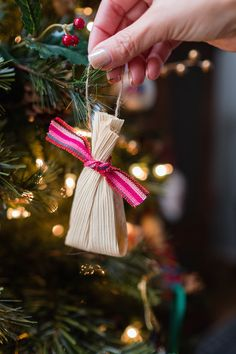 Do you want to make easy homemade ornaments this year that require no sewing, gluing, and are super economical? Then you need to make these adorable tamale ornaments. All you need are corn husks, filling, Mexican Christmas Decorations, Christmas Themes, Christmas Tree Decorations, Homemade Ornaments, Diy Christmas Ornaments, Holiday Crafts, Dough Ornaments, Felt Christmas, Homemade Christmas