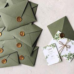 Greenery wedding invitation with handmade envelope and wax seal / © PAPIRA invitatii de nunta personalizate #weddinginvitations