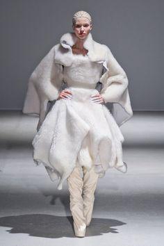 Sculptural Fashion - white fur dress & cape with voluminous silhouette // Gareth Pugh Fall 2014 3d Fashion, White Fashion, Fashion Week, Fashion Show, Fashion Design, Paris Fashion, Latex Fashion, Gareth Pugh, Structured Fashion