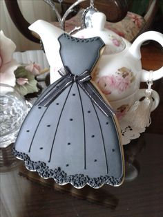 Elegant Dress Sugar Cookies -- can be done in different colours, so it's not wedding theme-y Fancy Cookies, Iced Cookies, Cute Cookies, Cupcake Cookies, Sugar Cookies, Wedding Dress Cookies, Wedding Cakes With Cupcakes, Dress Cupcakes, Dress Wedding
