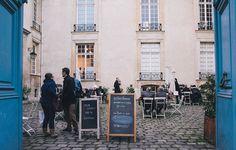 L'Institut Suédois, un havre de paix assez rare à Paris où il fait bon traîner et déguster de délicieuses pâtisseries.  Institut Suédois 11 rue Payenne, Paris 3e
