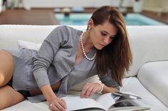 Bracelets et Colliers de perles Boucles d'oreilles Clous Bague Katy http://joyauxdesmers.com  Modèle : Livia Philippe Photo : Emmanuel Queritet - Agence Happy
