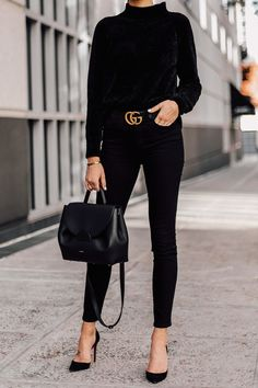 Woman Wearing Black Chenille Sweater Black Skinny Jeans Black Pumps Black Gucci Belt Black Satchel H Gucci Outfits, Chic Outfits, Fashion Outfits, Fashion Clothes, Style Désinvolte Chic, Style Casual, Wearing All Black, All Black Outfit, Black Gucci Belt