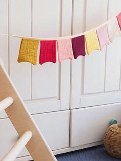 Wimpelkette aus Stoff – mit Liebe genäht – wunderschöne Dekoration für den Kindergeburtstag - Kinderzimmer & Co Du kannst sie entweder draußen aufhängen (bitte nicht bei Regen) oder in Wohnung, Haus oder wo immer du magst. Viel Spaß beim dekorieren! #wimpelkette #geburtstag #kindergeburtstag #dekorieren #stoffwimpelkette #dekoration #feiern #gelberknopf #kinderzimmerdekoration Valance Curtains, Home Decor, Yellow, Decorating, You're Welcome, Creative, Nice Asses, Rain, Birthday
