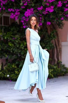Summer and beach weddings go hand in hand. Annabelle of VivaLuxury is the picture-perfect example of what to wear to a summer wedding on the sand. Her one-shoulder dress has the fluidity of a maxi dress plus a belt to cinch a flattering shape. A solid pastel color is a chic canvas to show your personal style with bold or classic accessories.