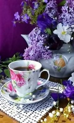 When having afternoon tea there is nothing better than to decorate the table and have plenty of color. There is nothing better that a nice hot cuppa tea in the afternoon. Good Morning Coffee Gif, Coffee Break, Coffee Time, Tea Time, Coffee Vs Tea, Coffee And Books, Coffee Cups, Tea Cups, Tea Sandwiches