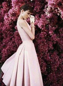 Audrey Hepburn Icono del cine de oro de estados unidos y consagrada por excelencia como fashionista. Un estilo clasico y muy femenino cuando vestia de gala, su