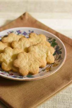 Butter cookies – or Dutch biscuits – are crisp, crumbly cookies. They are easy to make and can be enjoyed all year round. Read on for a good basic recipe for butter cookies…. Food Articles, Butter Recipe, Crisp, Nom Nom, Delish, Biscuits, Deserts, Easy Meals, Basic Recipe