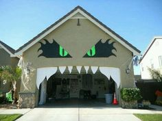 Halloween Garage Door Decor Halloween is almost here. Get your house ready for those trick-or-treaters with one of these Halloween garage door decor ideas from Anderson Garage Doors! Fröhliches Halloween, Adornos Halloween, Manualidades Halloween, Halloween Birthday, Outdoor Halloween, Holidays Halloween, Halloween Treats, Google Halloween, Halloween Favors