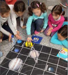 """¿Cómo enseñar el Sistema Solar a niños y niñas de 1º de Primaria? ¿A que sería genial descubrirlo siguiendo a un robot astronauta? Eso mismo pensó nuestra compañera Patricia Flor, cofundadora de Programamos y que es además maestra de Primaria en un centro de la Provincia de Sevilla.""""Quería motivar a mis alumnos con algo Space Classroom, Classroom Themes, Space Solar System, Bee Bop, Computer Lab, Science And Nature, Problem Solving, Coding, Activities"""