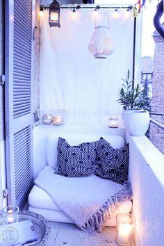 So ein kleiner überdachter Balkon zum Hinterhof hinaus ist der perfekte Rückzugsort für kleine Großstadtromantikerinnen wie ich es bin. Am Sonntag bin ich wie eine Irre durch unsere Wohnung gerannt...
