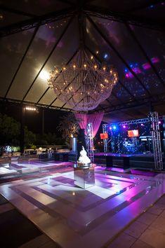 Pista de dança com bolo ao centro - Casamento Roberta Valente e Rodrigo Carniato