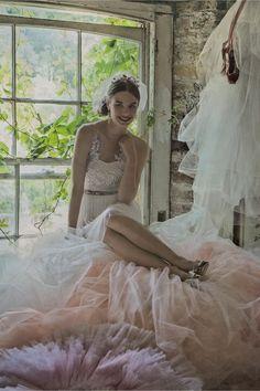 Zijden bloemen werden met de hand genaaid op het lijfje van deze trouwjurken exclusieve, het creëren van de illusie dat ze zweven. Aangevuld met een subtiel verzamelde tule rok, het zwaait in de wind als een droom. Rits en knopen. Polyester, zijde tule; polyester zijden voering. Droogkuis. Geïmporteerd.