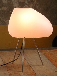 Colección de lámparas de pie, suspensión y sobremesa, con soporte de hierro.