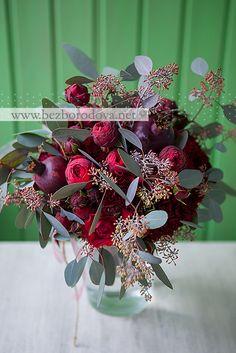 Осенний букет цвета марсала с гранами, пионовидными розами и эвкалиптом
